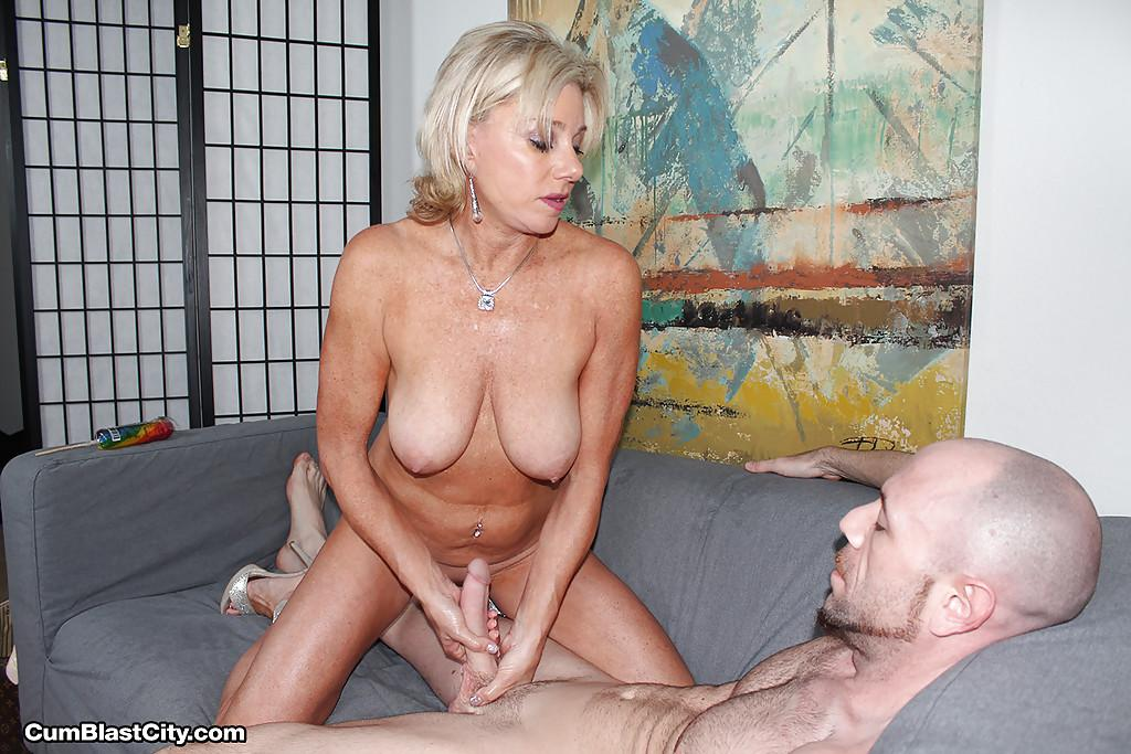 suck mommy Big tit