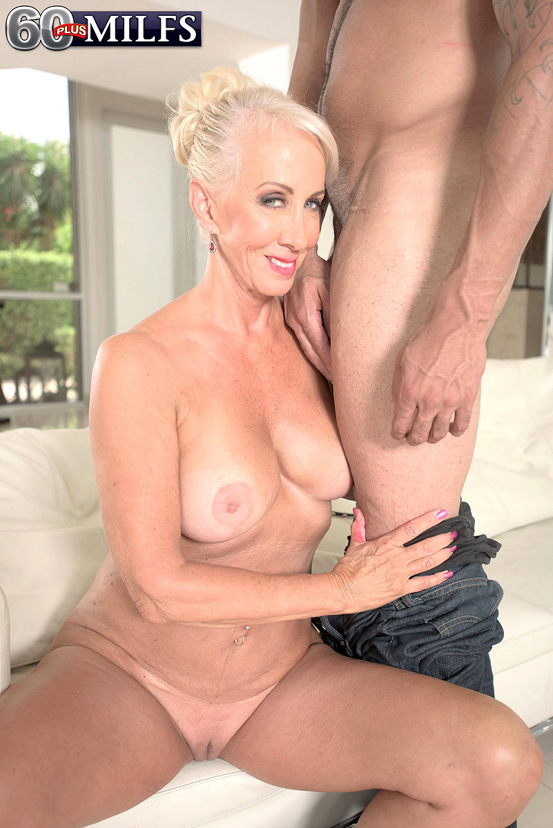 milf Mature upskirt blonde