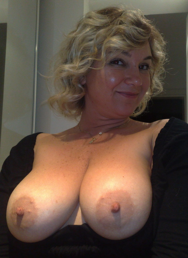 tits shows her Mature mom